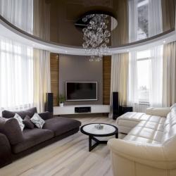 Коричневый потолок в гостиную