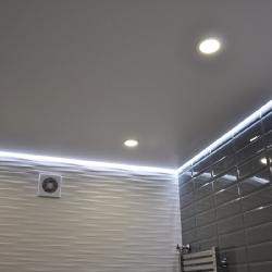 Потолок в туалете с подсветкой в Гомеле