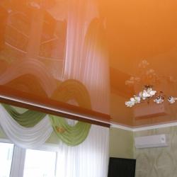 Оранжевый глянцевый потолок в Гомеле