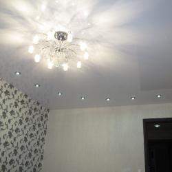 Светлый одноуровневый потолок в Гомеле