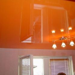 Оранжевый одноуровневый потолок в Гомеле