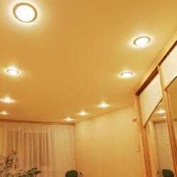 Кремовый одноуровневый потолок в Гомеле