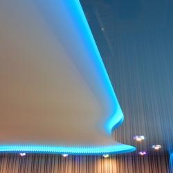двухуровневый потолок с неоновой подсветкой