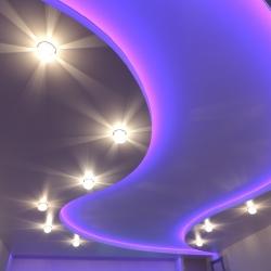 Неоновый двухуровневый потолок с подсветкой