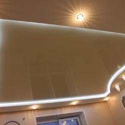 Коричневый двухуровневый потолок с подсветкой